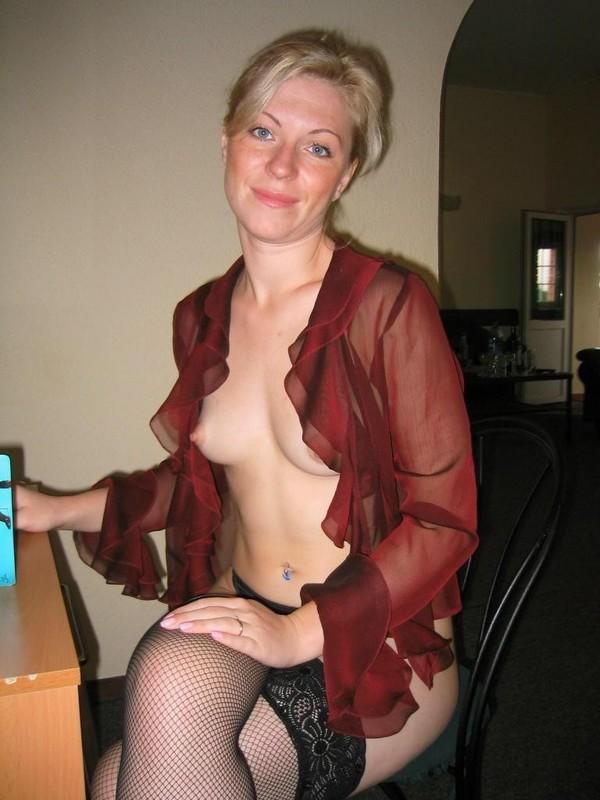 приятная женщина в прозрачной блузке