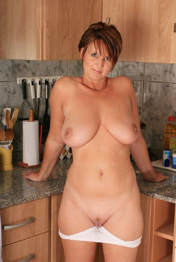 баба на кухне со снятыми трусами и без бюстгальтера