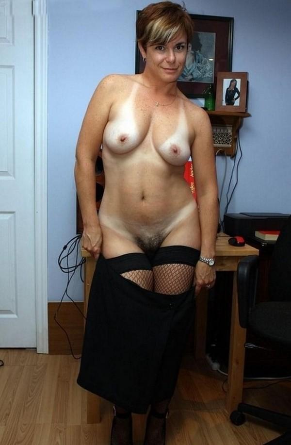 сексуально снимает юбку