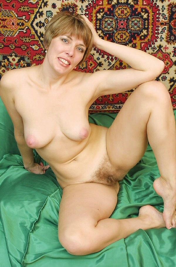 русская красавица с волосатой писей дома на фоне ковров