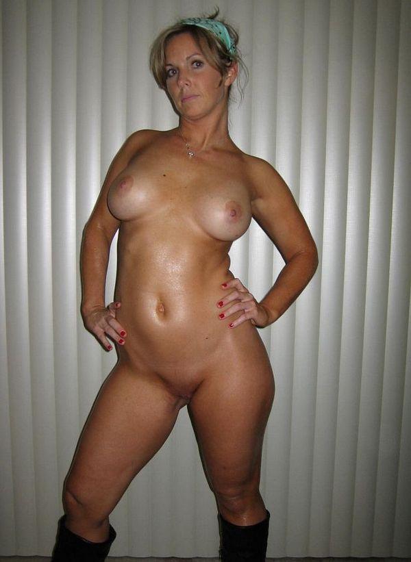горячая 45-летняя дамочка с упругой грудью и хорошей фигурой