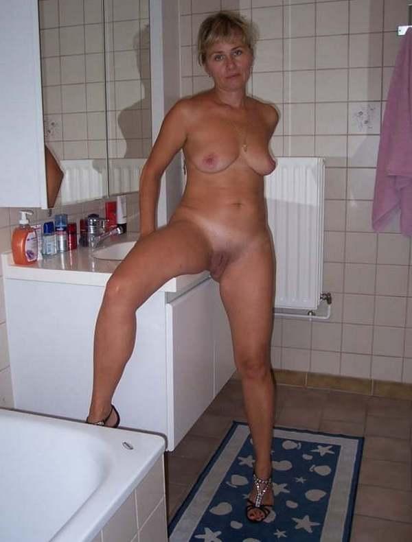 блонда в ванной комнате раздвигает свои ноги