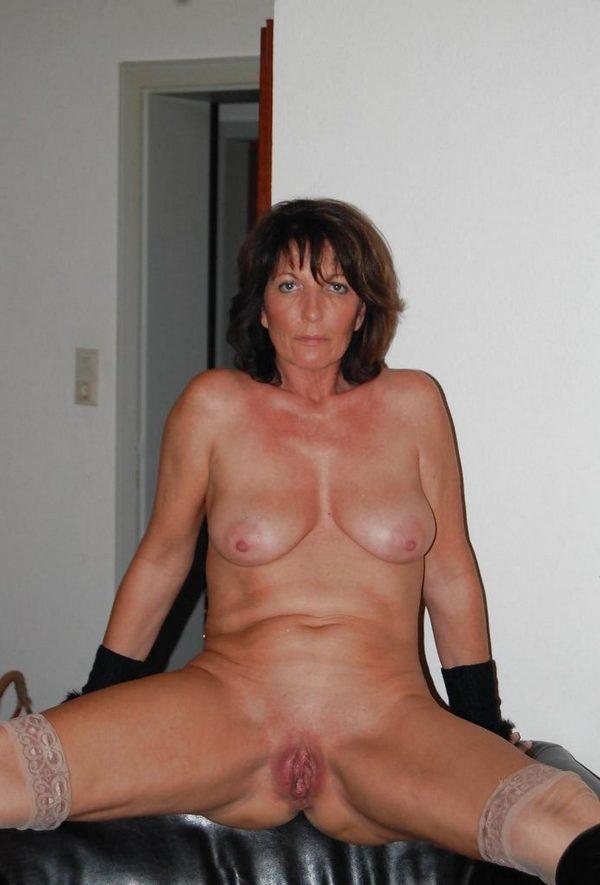 дама в возрасте показывает свои прелести между ног
