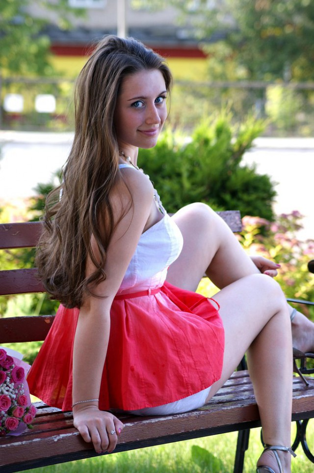 молоденькая красотка с голубыми газами и русыми волосами