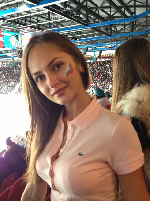 Российская болельщица с очень миленьким личиком и красивой улыбкой