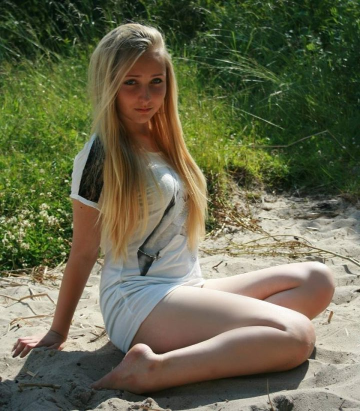 сидя на пляжном песочке