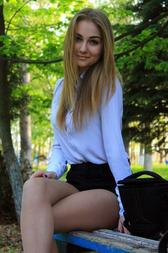 сидя на скамейке в парке