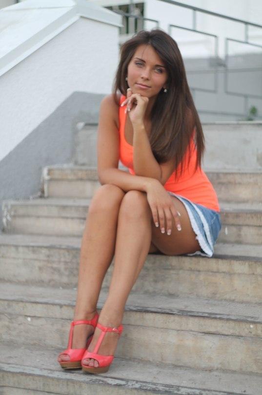 задумалась, сидя на ступеньках лестницы