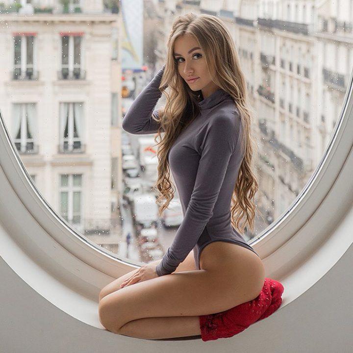 фото стройняшки у окна
