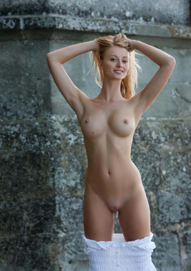 Блондинка с упругими сисями показывает свое стройное тело