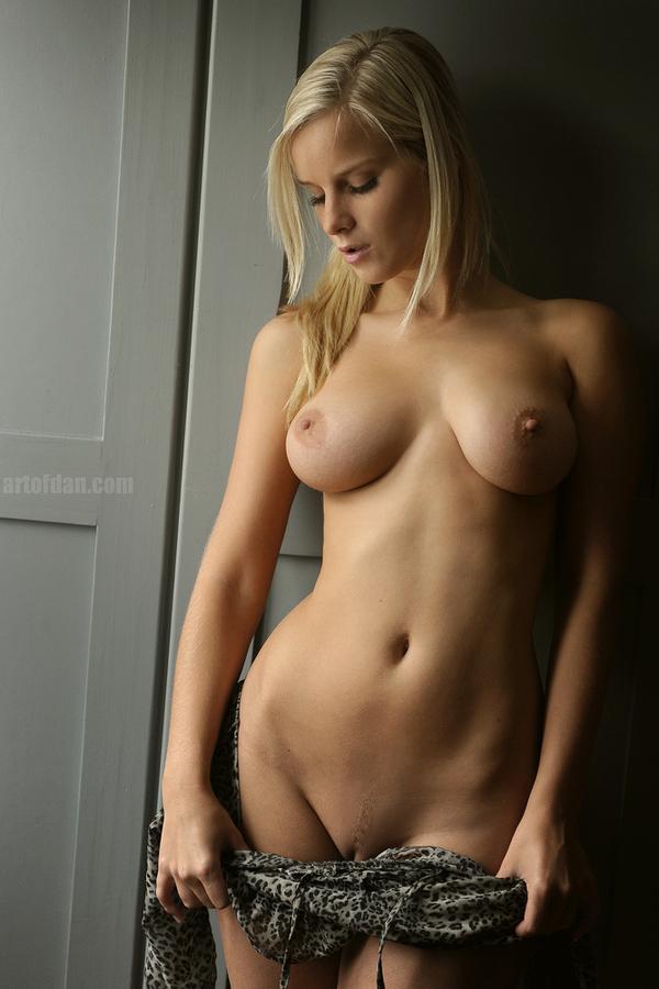 красотка снимает с себя платье, надетое на голое тело