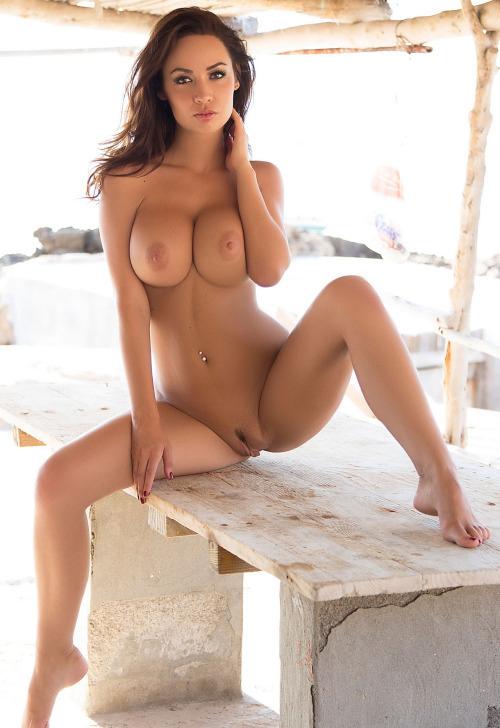 сексуальная брюнетка с идеальной грудью и красивыми женскими прелестями между ног