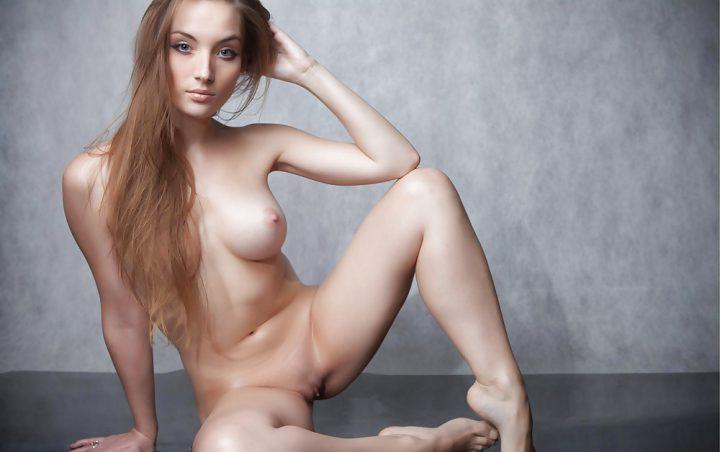 на полу с раздвинутыми ногами, засвети женские прелести между ног