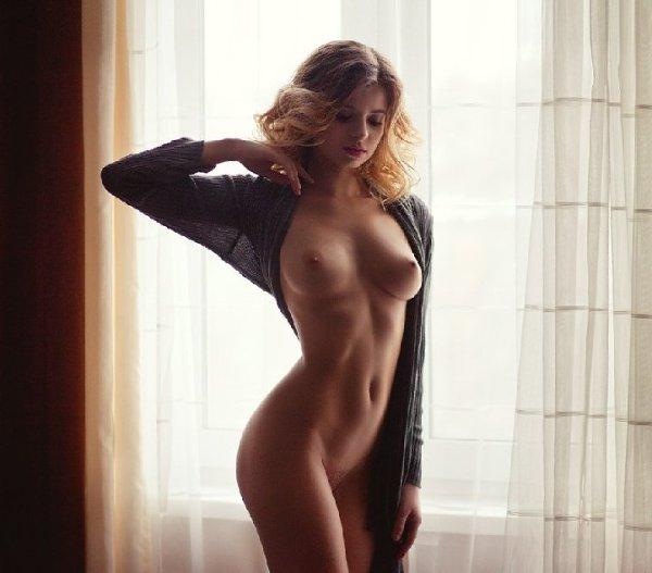 прелестница на фоне штор дома