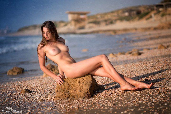 обнаженная на диком пляже