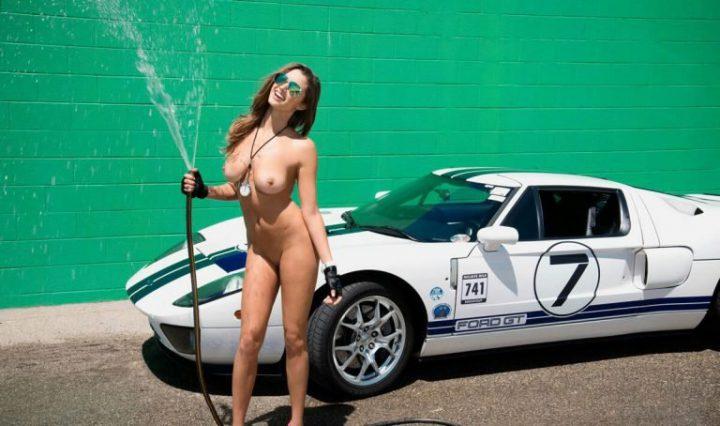 герла поливает себя и авто из длинного шланга