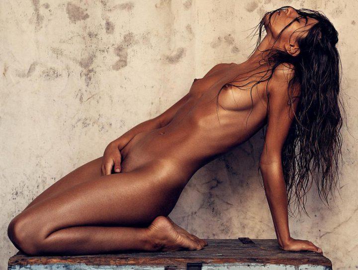 худенькая девушка с классным бронзовым загаром