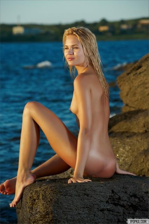 русалка на камне сбоку