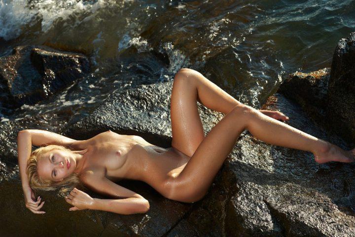 на морских прибрежных камнях