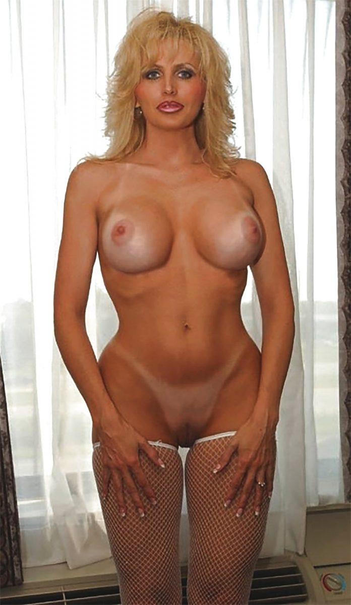 голая красотка с большой упругой грудью в полный рост