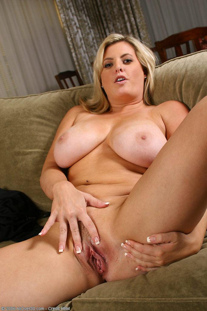 блондинка на диване дома