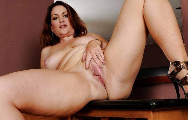 дамочка на столе раздвинула ноги