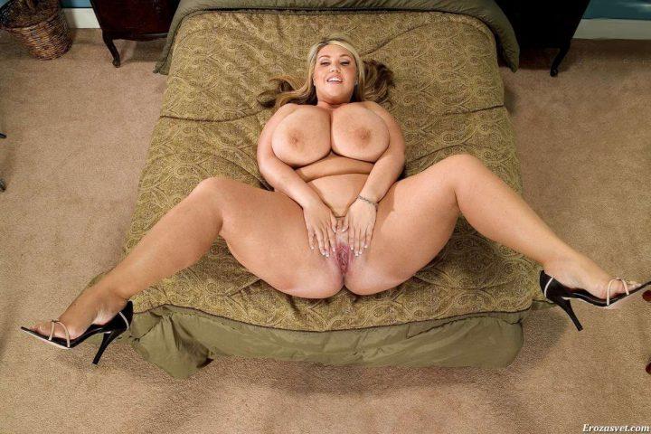 дама с пышными формами и огромной грудью раздвигает свои ноги и писю