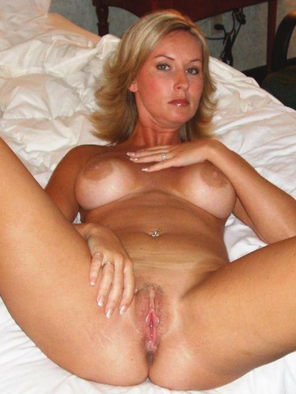 очень красивая голая женщина в возрасте в своей постели