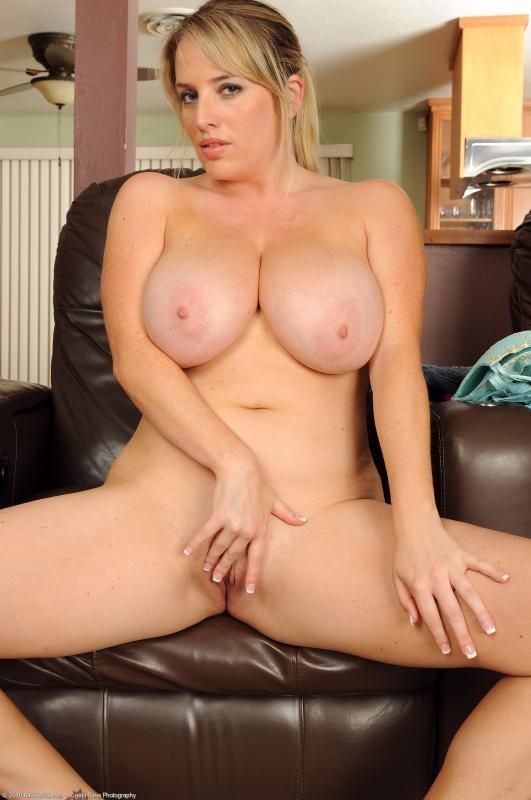 сексуальная блондинка показывает свои женские прелести, раздвинув ноги