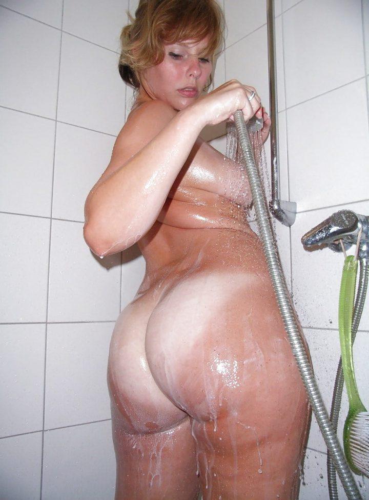 смывает со своей жопы под душем сперму