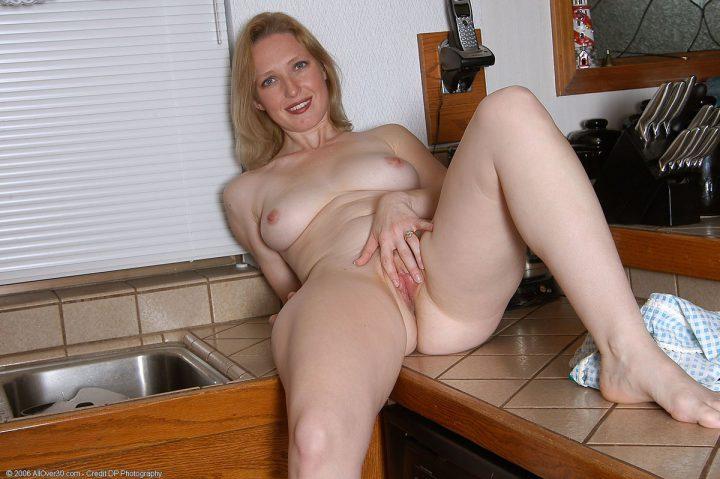 жена на кухонном столе ласкает свою писю