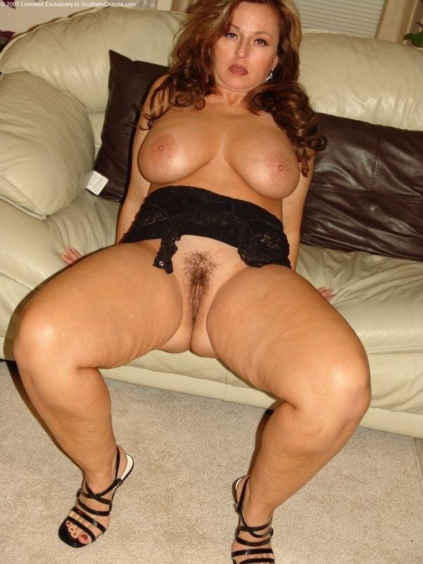 показала свои огромные груди 9-го размера и волосатую письку