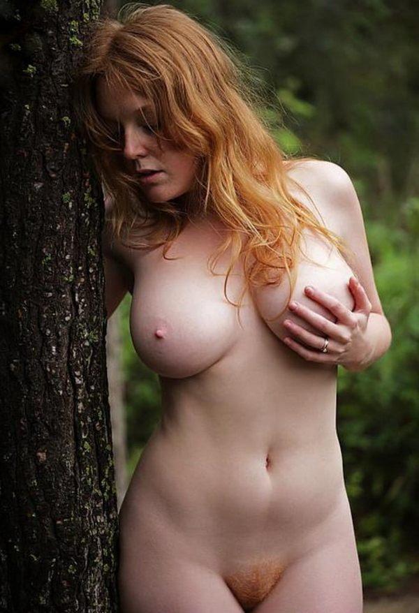 рыжеволосая 19-летняя красавица на природе у дерева