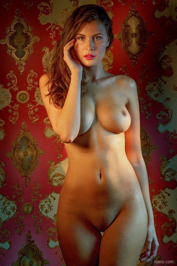 русская краса с упругой грудью идеальной формы на фоне ковра