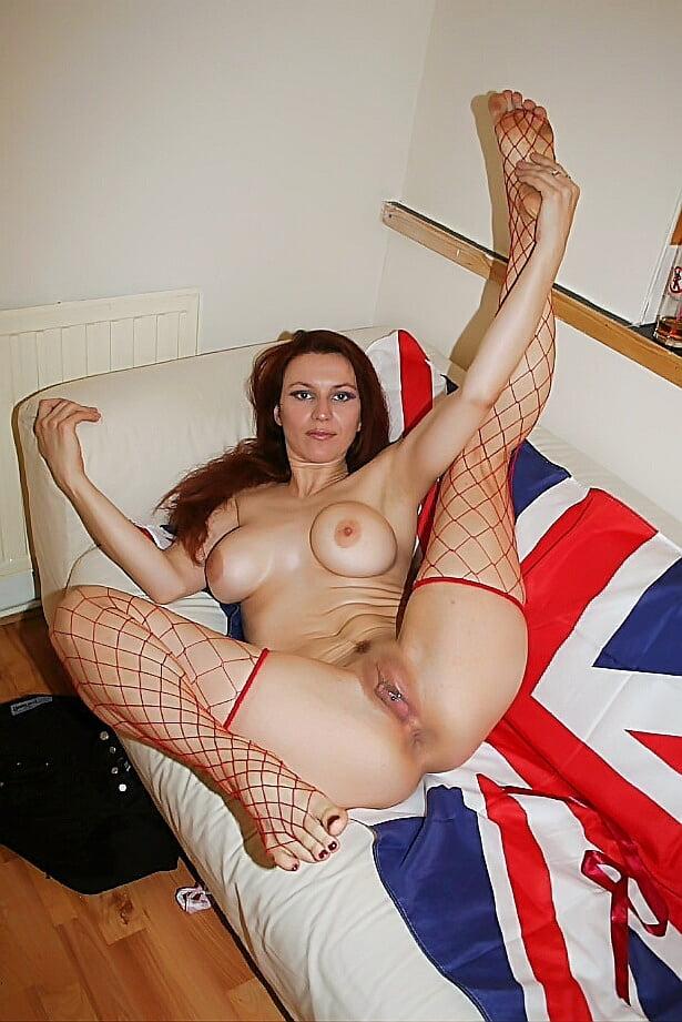 в красных чулках в крупную сетку лежит на британском флаге