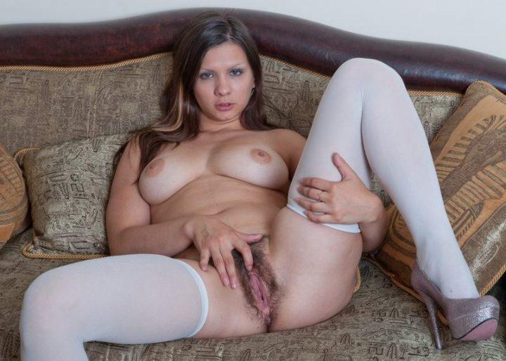 девочка с мохнатой писей в белых чулочках и без лифчика