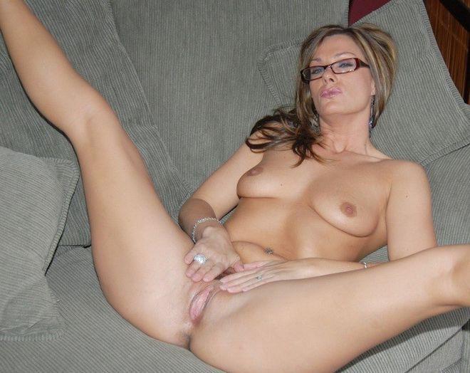 милфа в очках сексуально ласкает свою письку