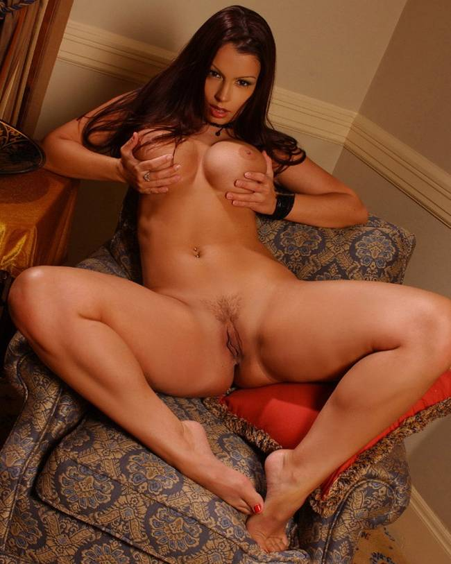 девушка с большой красивой грудью и красивыми женскими прелестями между ног
