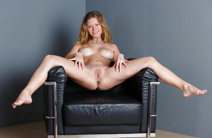 молоденькая 19-летняя девчонка широко раскинула ножки, дома на кресле
