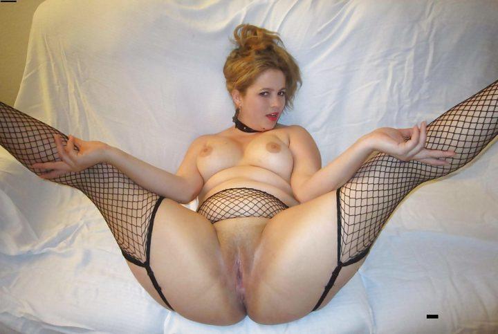 горячая блондинка широко раздвигает ноги и показывает все свои голые женские прелести