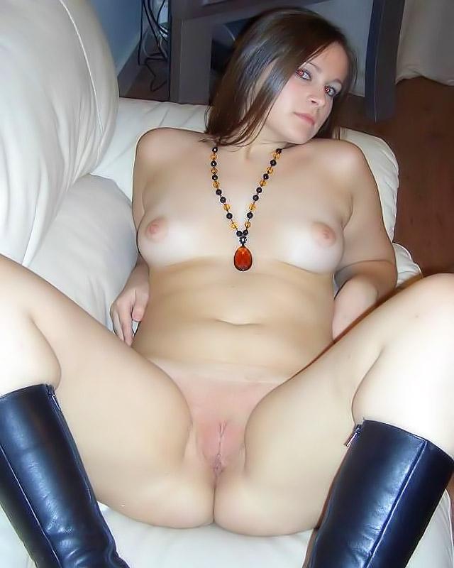обнаженная девушка в сапогах дома на диване