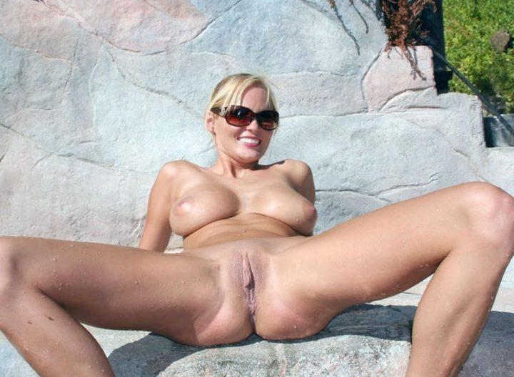 голая баба без трусов и лифчика на пляже с раздвинутыми ногами