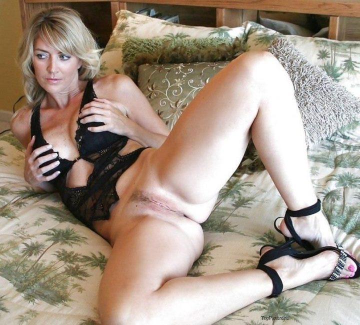 дама в черном пеньюаре, без трусиков и в туфлях на постели