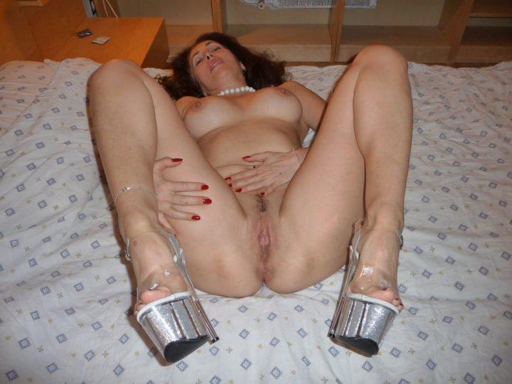 проститутка приготовилась к сексу с клиентом