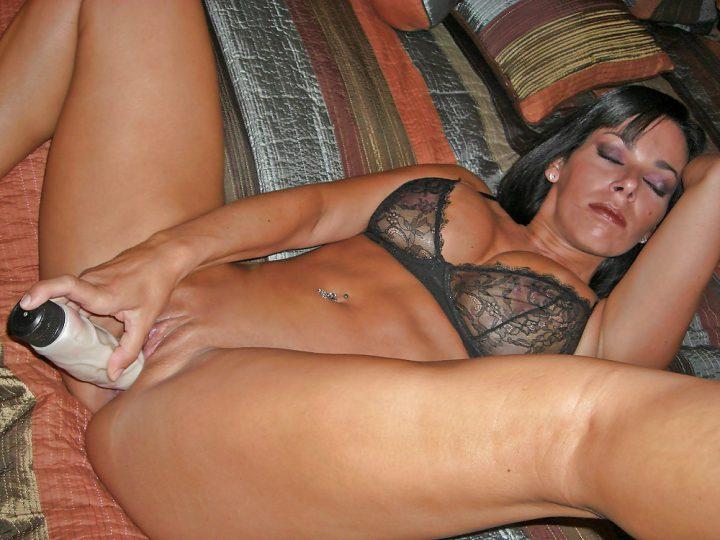 60-летняя баба с большими сиськами трахает себя фаллоимитатором