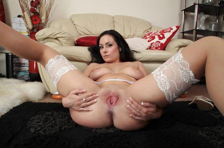 красавица в белых кружевных чулках очень широко раздвинула свои ноги и показала всю глубину своей дырки