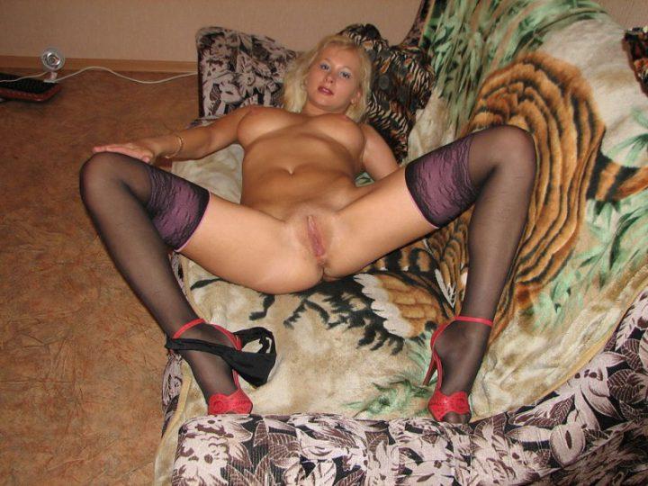 русская провинциалка без трусов, приглашает к себе на диван, на ночь любви