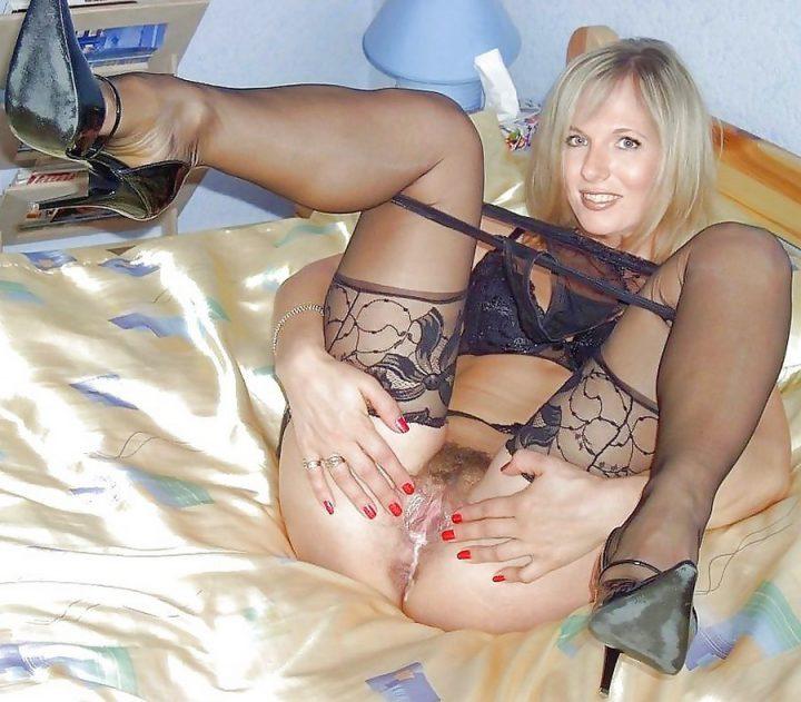красивая блондиночка показывает сперму на мохнатой письке после секса