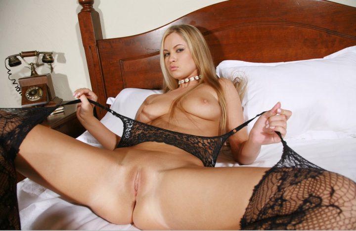 девушка рвет на своем теле чулки, что пошире раскинуть свои прелести на кровати