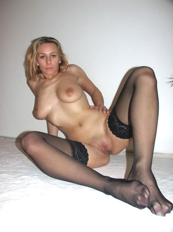 мадам в чулках на голое тело, раздвигает свои колени